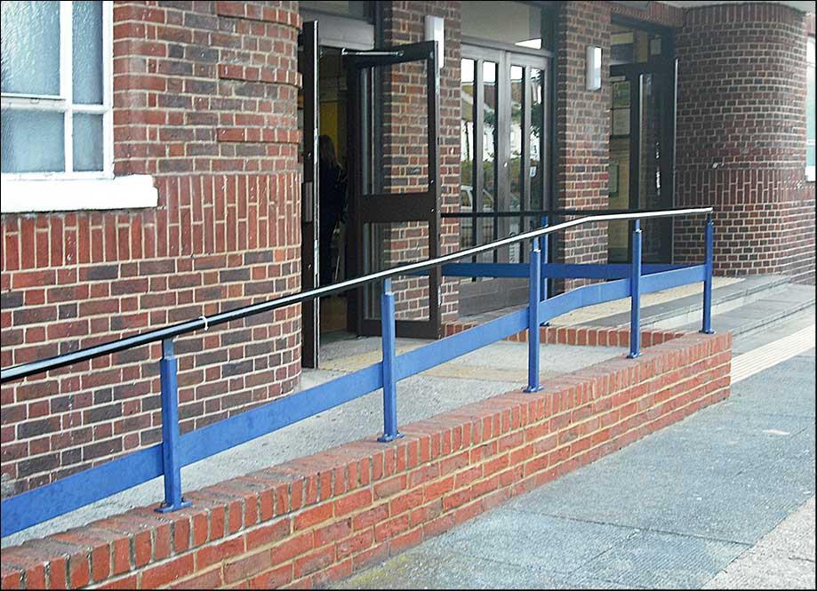 Az akadálymentesítés szakszerű és ésszerű megoldásokat kínál akadalymentesites rampa automata ajto